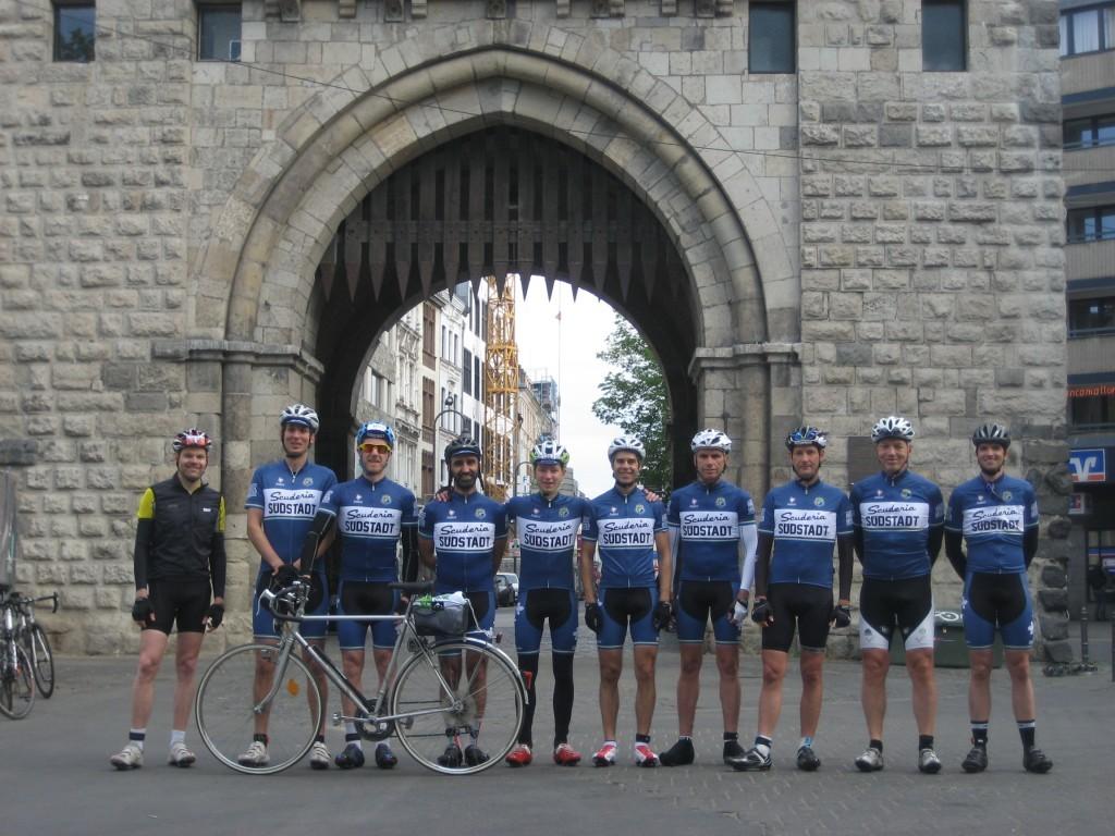 Scuderia Teamfoto vor der Severinstorburg